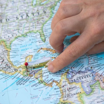 مکان یابی بهتر و سریعتر با مختصات طول-عرض جغرافیایی نقاط در Maps تیر ۷, ۱۳۹۱ ادمین آموزشهای جیلبریک, نرم افزار های سیدیا مطمئنا همه شما تا بحال با اپلیکیشن Maps آی دیوایس خود کار کرده اید. بدون شک این اپلیکیشن و بطور کلی نرم افزار Maps گوگل یکی از کامل ترین نرم افزار های مسیریابی و نقشه خوانی ایست که تا به امروز به وجود آمده و در دسترس همگان قرار دارد. شاید برای شما هم تا بحال پیش آمده باشد که نیاز به فهمیدن موقعیت جغرافیایی مکان خاصی پیدا کرده باشید اما اگر تا بحال به این مورد نیاز پیدا نکرده اید و یا اطلاعات کاملی از این موضوع ندارید ابتدا شما را کمی با این موضوع آشنا می کنیم به طور کلی تمام نقاط روی کره زمین از یک طول و عرض جغرافیایی متفاوت و منحصر بفرد برخوردار هستند که توسط این طول و عرض جغرافیایی که به صورت عددی نمایش داده می شود شما می توانید براحتی موقعیت مکانی آن نقطه از زمین را شناسایی کنید.برای مثال نقطه ۰,۰ دقیقا مکانی روی خط استوا و در پایین خلیج گینه (نصف النهار مبدأ) قرار دارد و یا مثلا تخت جمشید در نقطه ۵۲٫۸۹۱۵ , ۲۹٫۹۳۵۵ قرار دارد.واضح است به میزانی که این اعداد با اعشار بیشتری مشخص شود طول و عرض جغرافیایی دقیقتری را نیز مشخص می کند با توجه به کروی بودن کره زمین، نیم کره شمالی زمین به طور قرار دادی بصورت مثبت و نیم کره جنوبی نیز به صورت منفی نمایش داده میشود.همچنین از نقطه صفر مبدا به سمت راست تا ۱۸۰ درجه به صورت مثبت و به سمت چپ به صورت منفی نمایش داده میشود. با این توضیحات حتما متوجه خصوصیات این اعداد شده اید اما سوالی که ممکن است برایتان پیش آید این است که دانستن این اطلاعات چه کاربردی برایمان دارد و اصولا با فهمیدن مختصات طول و عرض جغرافیایی یک نقطه چه کارهایی می توان انجام داد؟ یکی از جالبترین کاربرد های این مختصات زمانی است که قصد دارید نشانی و آدرس محل خاصی را به کسی بدهید. با داشتن این مختصات دیگر نیازی به توضیح یک آدرس طولانی نیست، تنها کافیست که طول و عرض جغرافیایی آن محل را به طرف مقابل خود بدهید. با داشتن این مختصات و وارد کردن آن در هر نرم افزار راهیابی نظیر گوگل Maps و یا گوگل Earth و … طرف مقابل شما براحتی مکان مورد نظر را پیدا خواهد کرد. این موضوع زمانی بیشتر نمود پیدا می کند که شما بخواهید آدرس و در واقع نشانی محلی را به دیگران بدهید